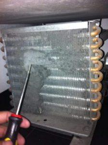 mantenimiento preventivo al limpiar un condensador